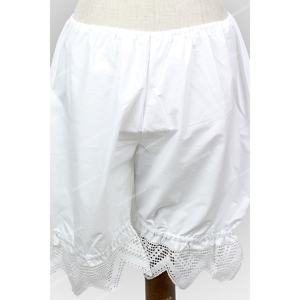 WHITE SHORTS WITH LEGGINGS AND HIGH LACE